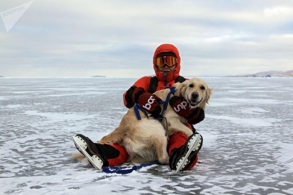 سائح مع كلبه في بحيرة بايكال