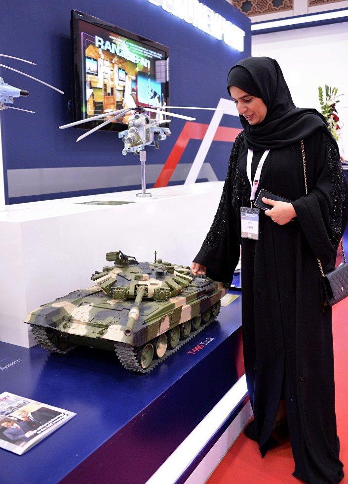 المعرض العسكري الدولي في البحرين (BIDEC-2017) - زائرة تتفقد نموذج الدبابة الروسية تي-90 إس المعروض لدى الشركة الروسية روس أوبورن إكسبيرت