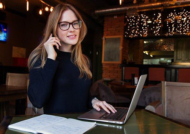 امرأة تستخدم الحاسوب الشخصي