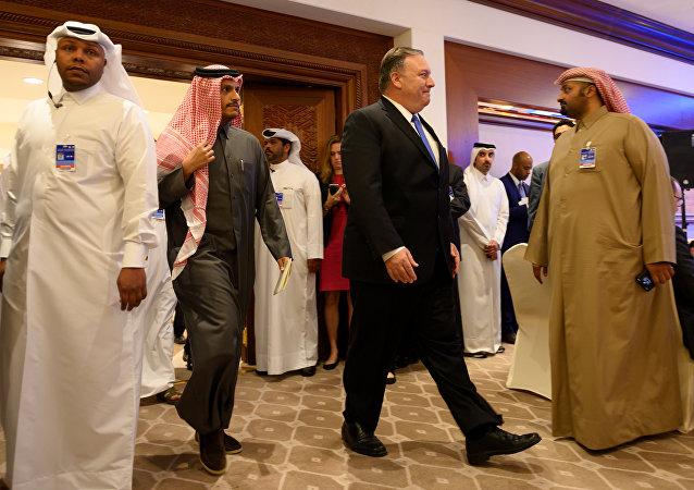 وزير الخارجية الأمريكي مايك بومبيو خلال لقاءه وزير الخارجية القطري الشيخ محمد بن عبد الرحمن آل ثاني في الدوحة