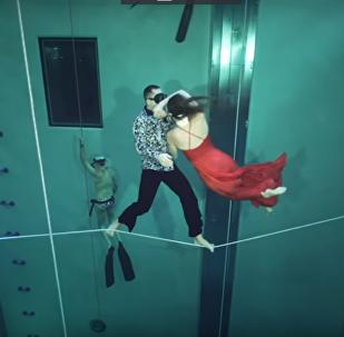 الرقص تحت الماء دون أكسجين