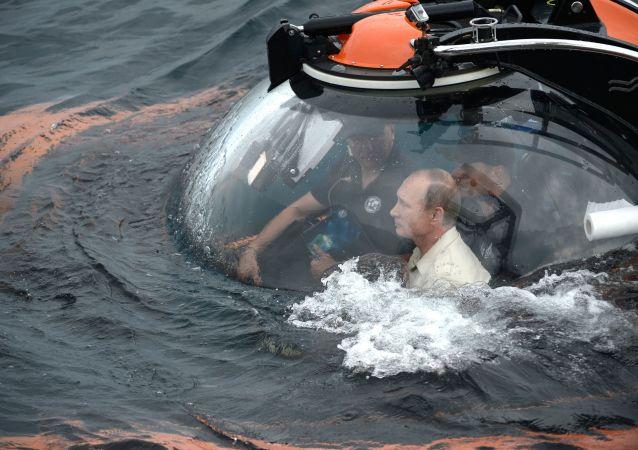 الرئيس الروسي فلاديمير بوتين يستخدم غواصة أعماق للوصول إلى سفينة غريقة
