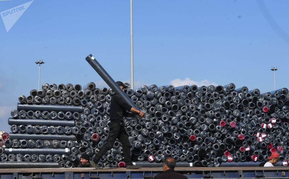 إفراغ البضائع في ميناء اللاذقية