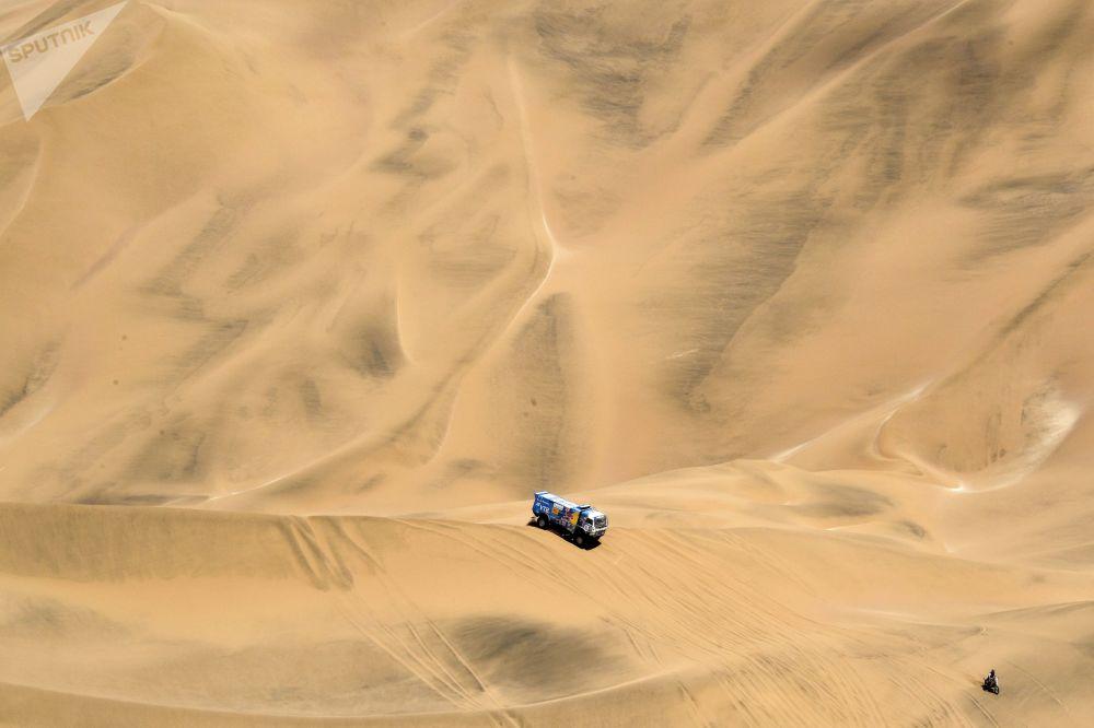 فريق روسيا كاماز-ماستير المشارك في سباق رالي داكار 2019 في بيرو، خلال المرحلة الخامسة، في فئة قيادة الشاحنات، بين تاكنا وأريكيبا، سائقي الفريق: دميتري سوتنيكوف، ودميتري نيكيتين، وإلنور موستافين