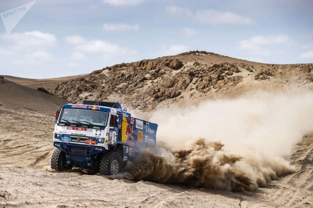 فريق روسيا كاماز-ماستير المشارك في سباق رالي داكار 2019 في بيرو، خلال المرحلة الثالثة، في فئة قيادة الشاحنات، بين سان خوان دي ماركون وأريكيبا، سائقي الفريق: دميتري سوتنيكوف، ودميتري نيكيتين، وإلنور موستافين