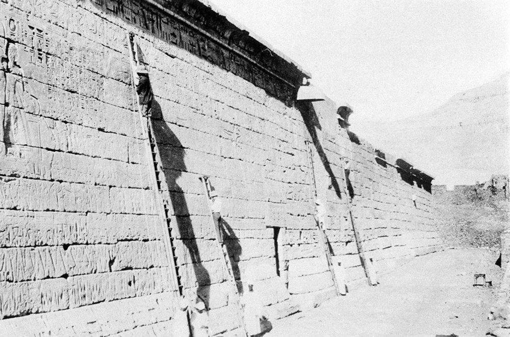 ترميم جدران معبد رمسيس الثالث في الأقصر، والسجلات المنقوشة لحجارتها، تم تصويرها في مصر عام 1932