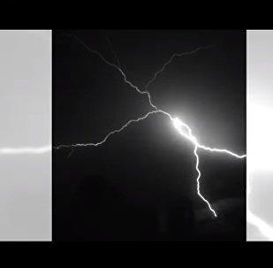بالفيديو...لقطات نادرة لبرق يلمع في سماء البرازيل