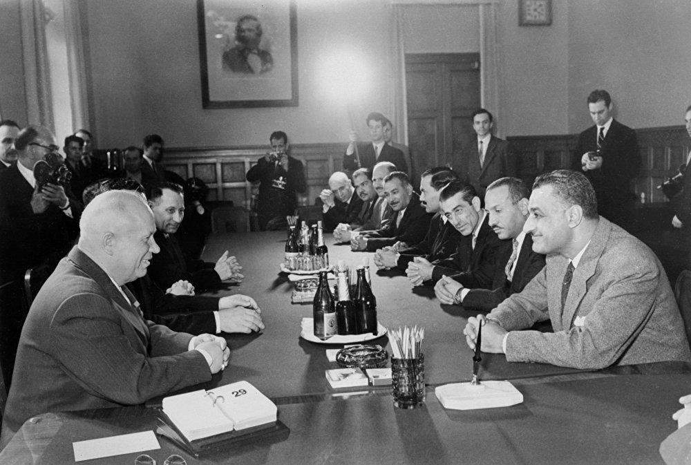 جمال عبد الناصر في اجتماع مع نيكيتا خرتشوف في موسكو أوائل مايو 1958