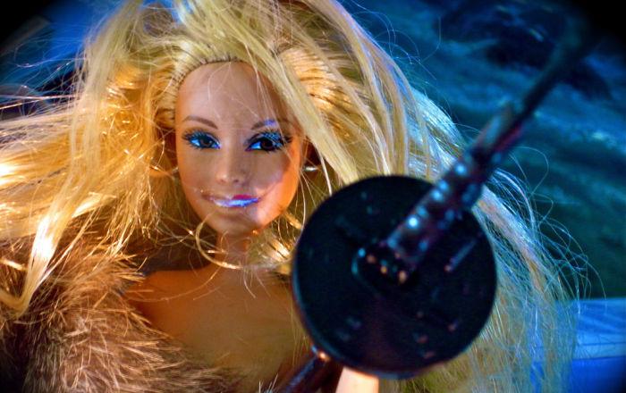 دمية باربي بعد الاستحمام وتنشيف شعرها