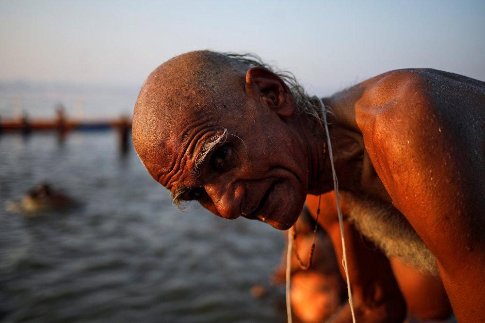عجوز يستحم على نهر الغانج في مهرجان ماها كومبه ميلا