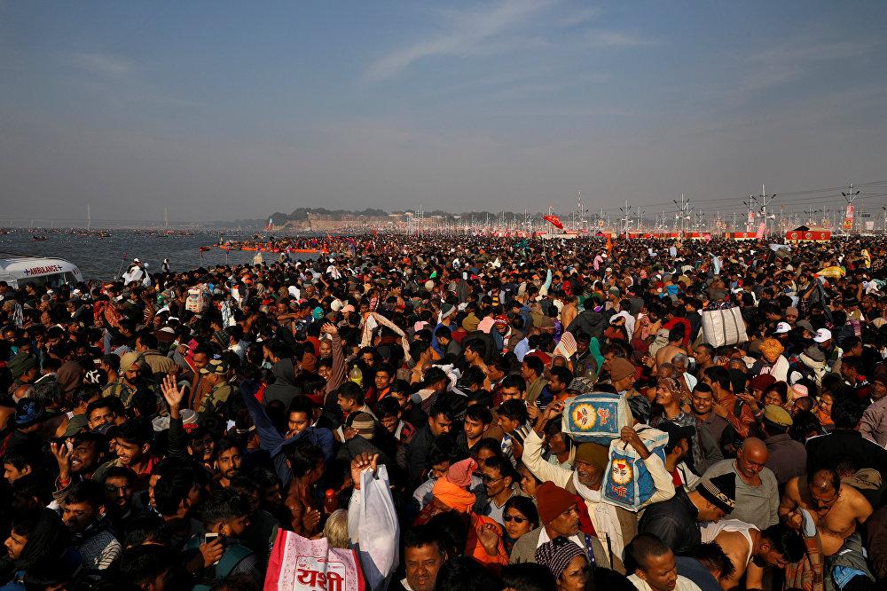 آلاف البشر من المؤمنين بالهندوسية على نهر الغانج