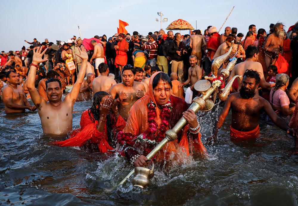 متدينون هندسيون يغتسلون في نهر الغانج المقدس