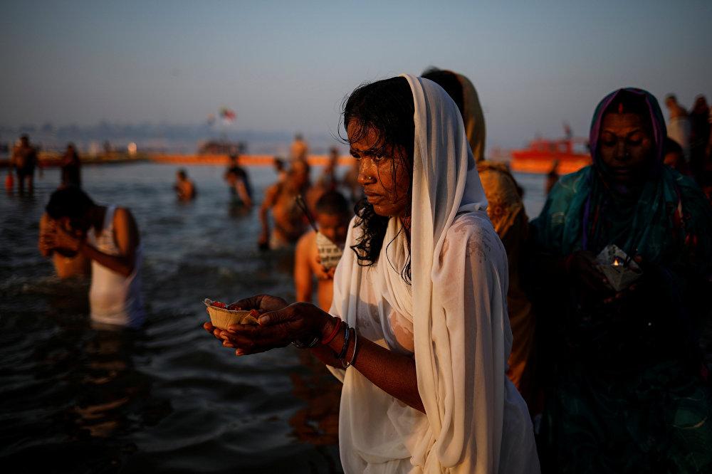 سيدة هندوسية في نهر الغانج المقدس