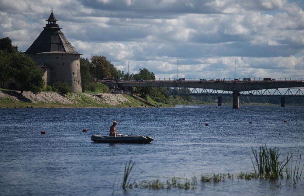 جسر يمر فوق نهر فيليكايا إلى مدينة بسكوف