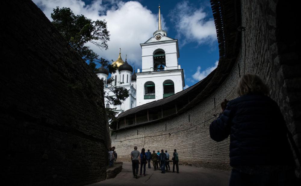 السياح في كرملين بسكوف