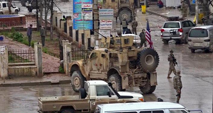 صورة مأخوذة من شريط فيديو التقطته قناة AFPTV في 16 كانون الثاني/ يناير 2019 تظهر القوات الأمريكية تجمّعت في مسرح هجوم انتحاري في مدينة منبج السورية الشمالية