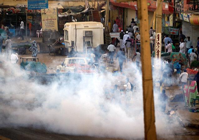 إطلاق غاز مسيل للدموع لتفريق متظاهرين سودانيين خلال مظاهرات مناهضة للحكومة في ضواحي الخرطوم