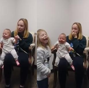 فيديو مؤثر لطفلة صغيرة تسمع لأول مرة صوت أختها وأمها