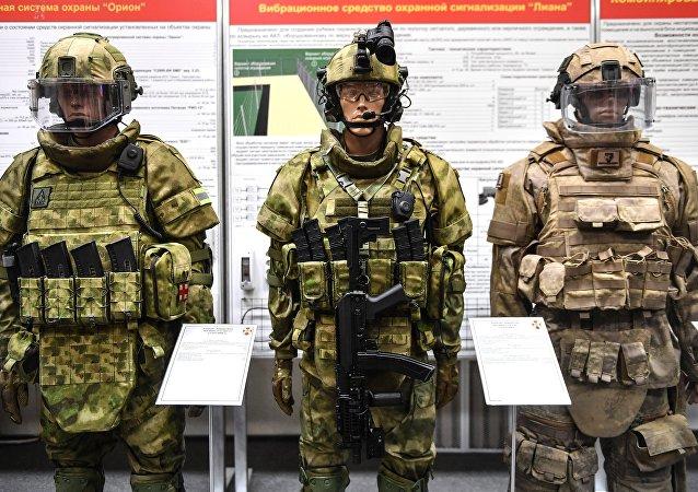 مركز الهندسة والخدمات التقنية روس غفارديا يعرض أحدث وسائل الحماية والدروع الواقية للبدن، في مدينة بالاشيخا في ضواحي موسكو