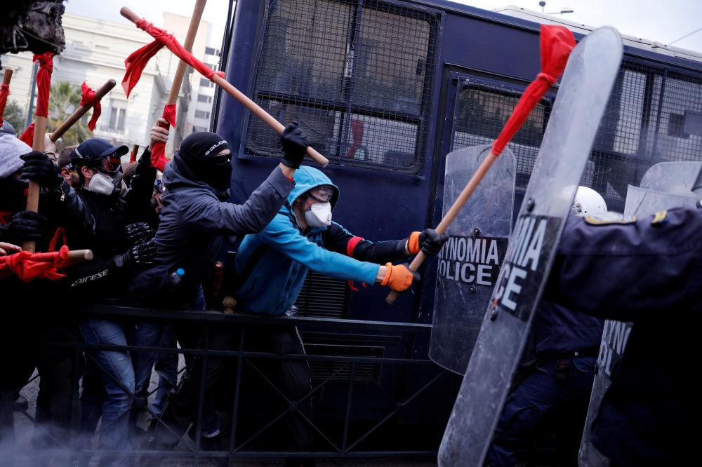 مظاهرات لمعملي المدارس اليونانية خارج البرلمان اليوناني في أثينا، احتجاجا على خطط الحكومة لتغيير اجراءات التوظيف في القطاع العام، 14 يناير/ كانون الثاني 2019