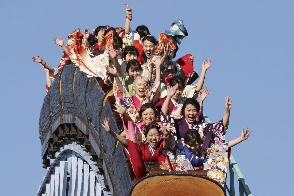 فتيات يرتدين الزي التقليدي الياباني كيمونو ويحتفلن بسن البلوغ - العشرين من العمر - في متنزه توشيماين الترفيهي في يوم القدوة ، وهو يوم عطلة وطني، في طوكيو، اليابان، 14 يناير/ كانون الثاني 2019