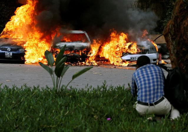 سيارات تشتعل في موقع الهجوم المسلح في نيروبي، كينيا 15 يناير/ كانون الثاني 2019