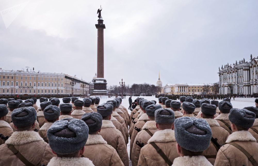 بروفة العرض العسكري بمناسبة الذكرة الـ 75 لرفع حصار لينينغراد، ساحة القيصر (دفورتسوفايا بلوشاد)، في سان بطرسبورغ