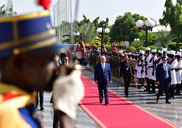رئيس الوزراء الإسرائيلي بنيامين نتنياهو يستعرض حرس الشرف لدى وصوله إلى نجامينا في تشاد