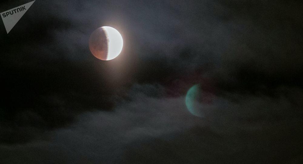 ظاهرة خسوف القمر 21 يناير/ كانون الثاني 2019 - القمر الدموي - بيتروزافودسك الروسية