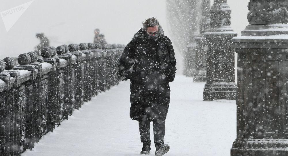 أحد المارة خلال تساقط ثلوج كثيفة في موسكو