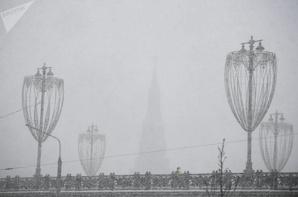 جسر بولشوي موسكفوريتشي خلال تساقط ثلوج كثيفة في موسكو