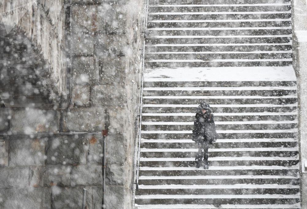 فتاة خلال تساقط ثلوج كثيفة في موسكو