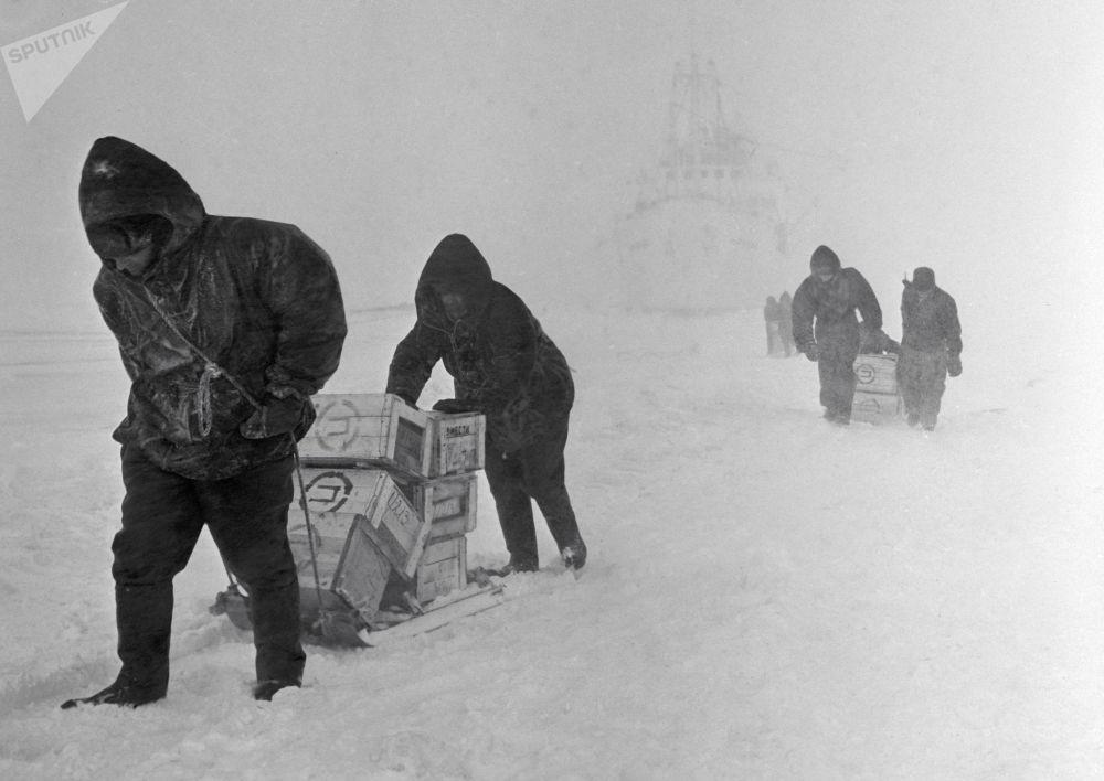 حمل زلاجات مع حمولة من رصيف المرصد العلمي ميرني خلال فصل الشتاء في أنتاركتيكا