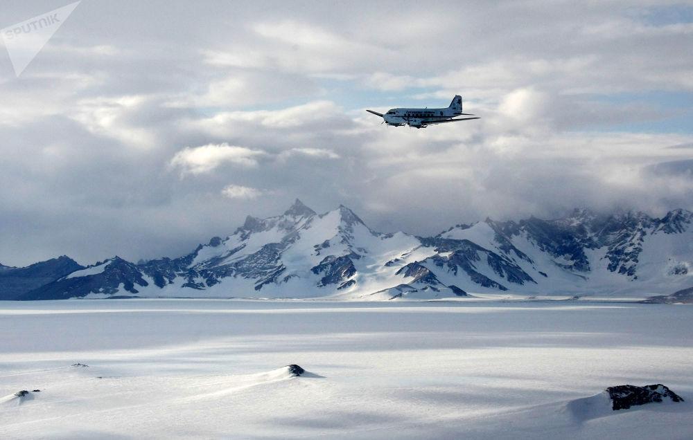 سلسلة جبال ولثات (Wohlthat Mountains) في أنتاركتيكا، في المنطقة التي تقع فيها المحطة العلمية الروسية نوفولازاريفسكايا