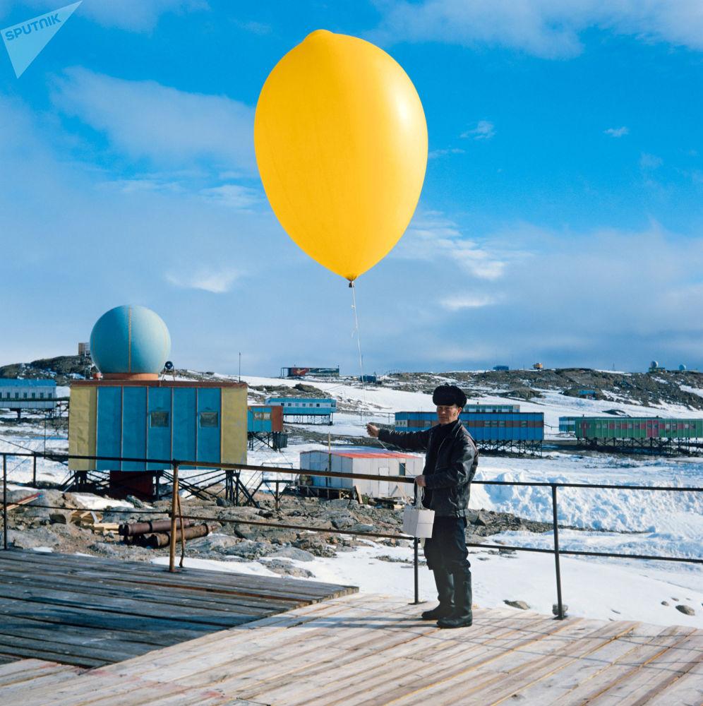 عالم الطيران بوريس ديوكوف، عضو في البعثة السوفيتية الخامسة والعشرين في أنتاركتيكا التي تعمل في محطة مولوديوجنايا في أنتاركتيكا، يطلق جهاز لاسلكي