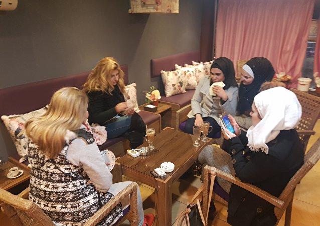 زبونات مقهى سيلينا في حلب