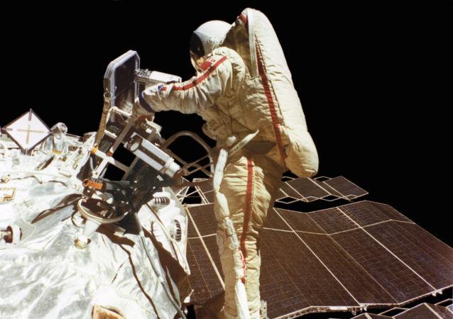 رائد فضاء الروسة سفيتلانا سافيتسكايا، والحاصلة على لقب بطل الاتحاد السوفيتي، أثناء رحلة خارج مركبة الفضاء سويوز تي-12