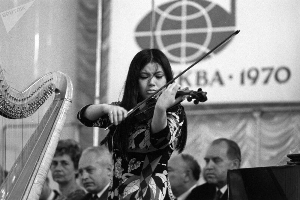 الطالبة إيكا ساتو، من اليابان، خلال أدائها في معهد تشايكوفسكي للموسيقى