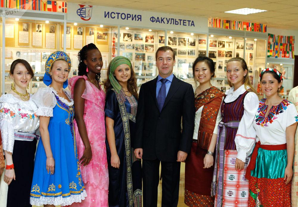 دميتري ميدفيديف يلتقي مع طلاب جامعة الصداقة الأجانب، موسكو 22 سبتمبر/ أيلول 2011