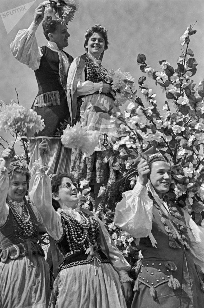 طلاب جامعة موسكو من بولندا يرتدون أزياء  شعبية تقليدية في إطار احتفالات الأول من مايو/ أيار (عيد العمال)