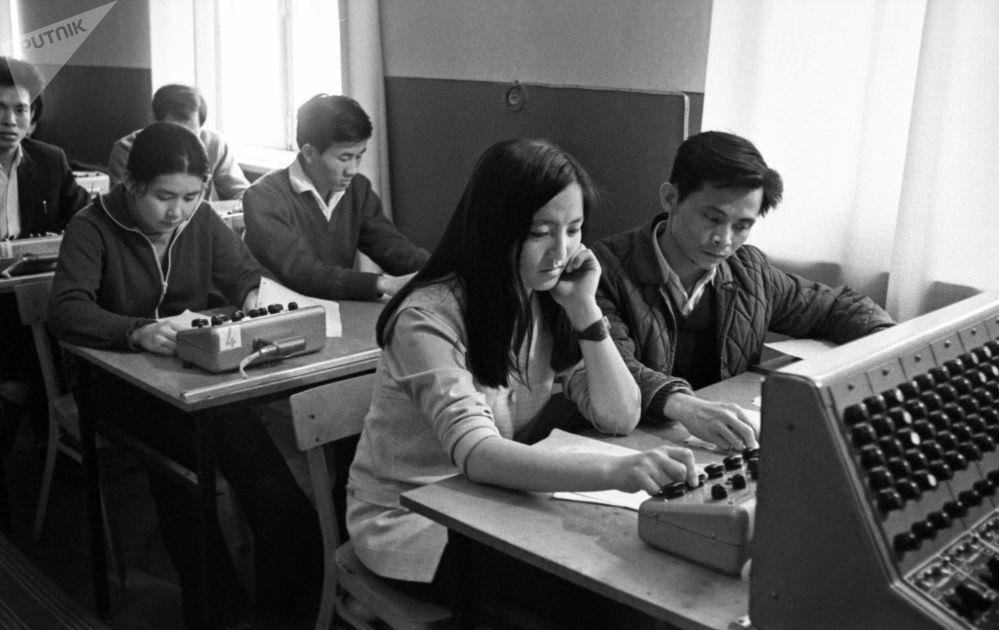 طلاب التحضيري بجامعة الصداقة من جمهورية فيتنام الديموقراطية وجمهورية منغوليا الشعبية أثناء المحاضرة