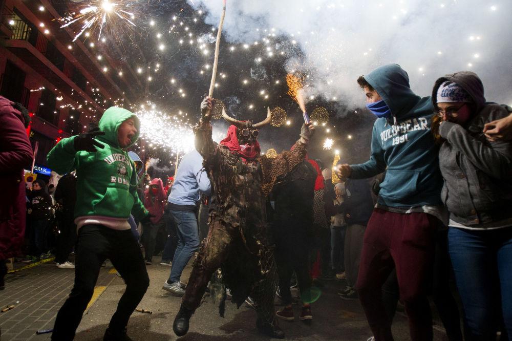 شخص يرتدي زي الشيطان في مهرجان كوريفوس (Correfoc) في بالما دي مايوركا، إسبانيا 21 يناير/ كانون الثاني 2019