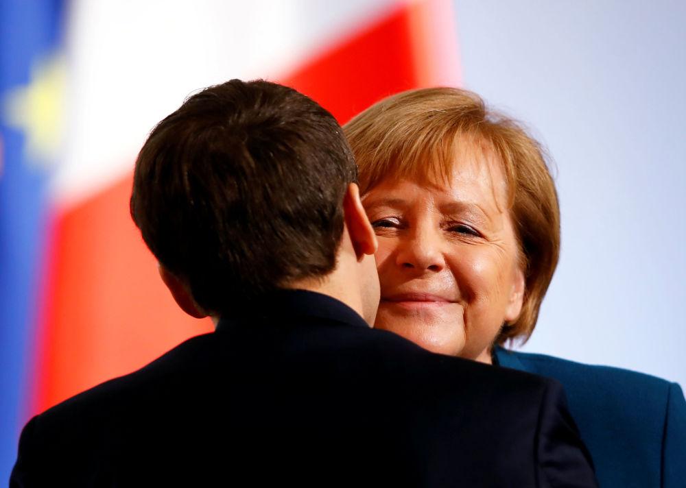 المستشارة الألمانية أنجيلا ميركل والرئيس الفرنسي إيمانويل ماكرون خلال توقيع اتفاقية تعاون مشتركة بين البلدين المسماة بـ معاهدة الإليزيه، أجل تعميق التكامل الاقتصادي وتعزيز الصلات بين المجتمعين 22 يناير/ كانون الثاني 2019