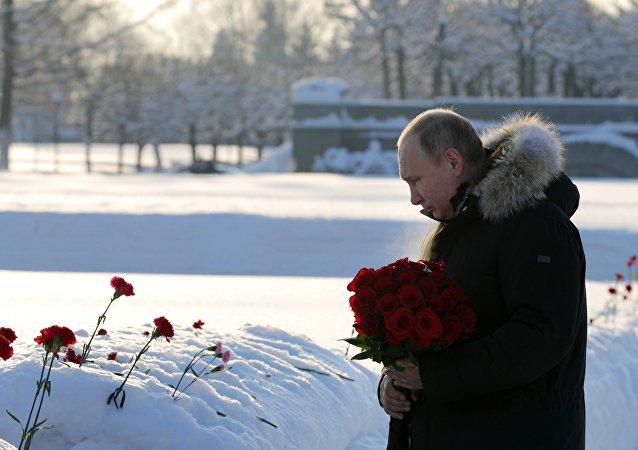 الرئيس فلاديمير بوتين يشارك في فعاليات الذكرى 75 لرفع الحصار عن ليننغراد من الحصار النازي