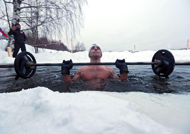 الروسي أندريه لوبكوف، صاحب الأرقام القياسية غينيس، يسجل رقم قياسي عالمي جديد في رفع الأثقال في مياه جليدية