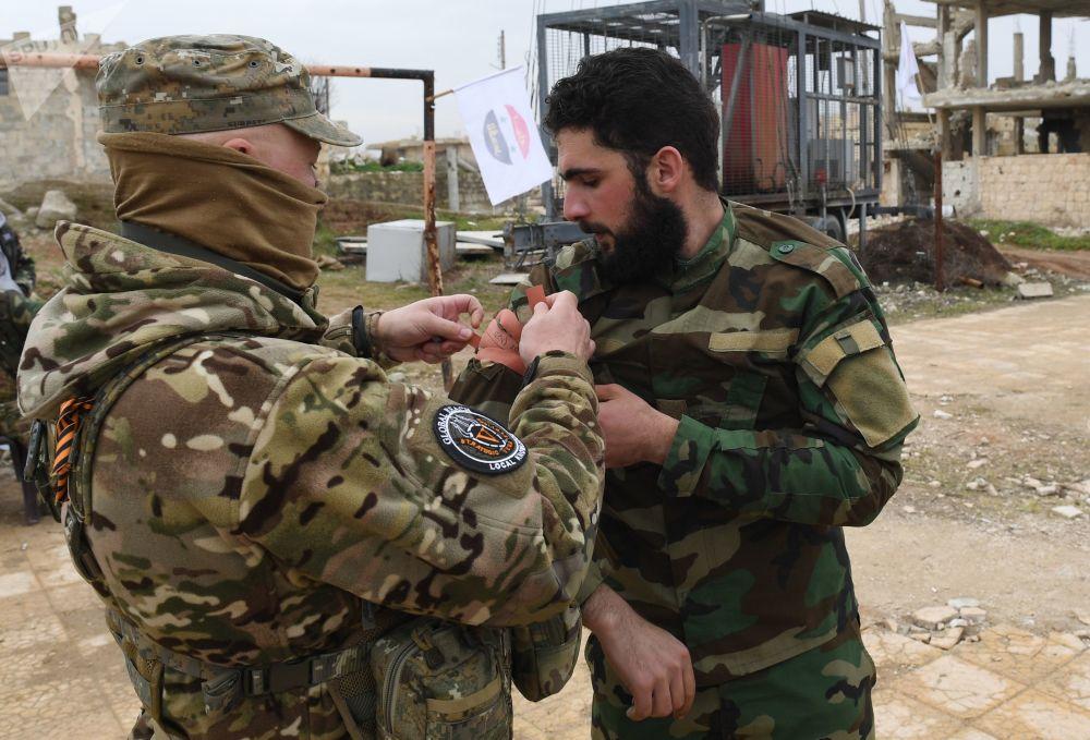 تدريبات لعسكريين سوريين ووحدات الدفاع االوطني السوري، تحت إشراف خبراء عسكريين روس، في أحد معسكرات التدريب في سوريا