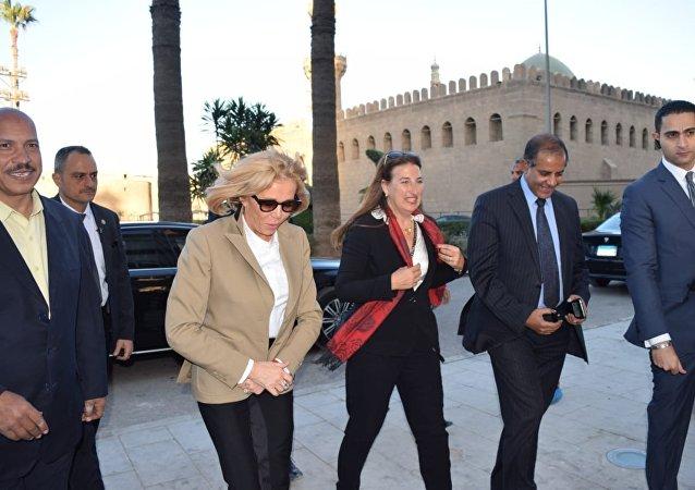 بريجيت ماكرون في زيارة مسجد محمد علي