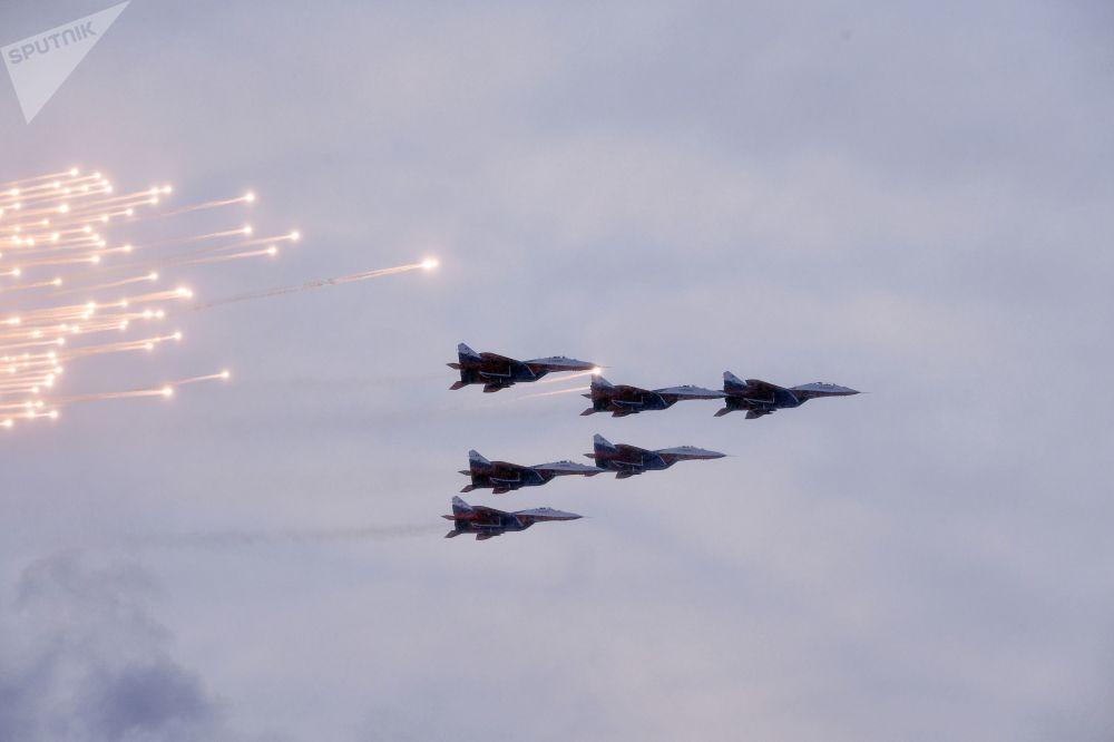 العرض العسكري بمناسبة مرور الذكرى الـ 75 لكسر حصار لينينغراد في عام 1943 في فترة الحرب الوطنية العظمى (1941-1945) - ميغ-29 (فريق الاستعراض الجوي ستريجي)