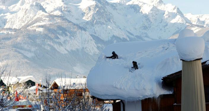 رجل يحطم رقما قياسيا بالوقوف أكثر من 150 دقيقة في صندوق مملوء بالثلج… صور