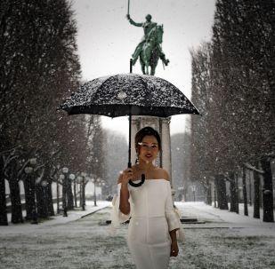 فتاة تقف للتصوير في باريس، 22 يناير/ كانون الثاني 2019